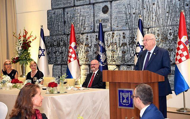 L'ambassadeur israélien en Ilan Mor, au centre, lors d'une réception en présence de la présidente croate Kolinda Grabar-Kitarović et du président israélien Reuven Rivlin, le 30 juillet 2019. (Crédit : Haim Zach/GPO)