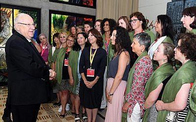 Le président Rivlin rencontre une délégation de mères de soldats seuls d'Amérique du Nord, le 1er août 2019. (Haim Zach, GPO)