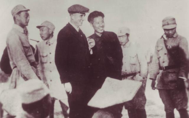 Le docteur Jakob Rosenfeld, au centre, à gauche, et le commandant Chen Yi avec les soldats de la Nouvelle quatrième armée en 1944 (Autorisation : Institut autrichien de recherches sur la Chine et l'Asie du sud-est)