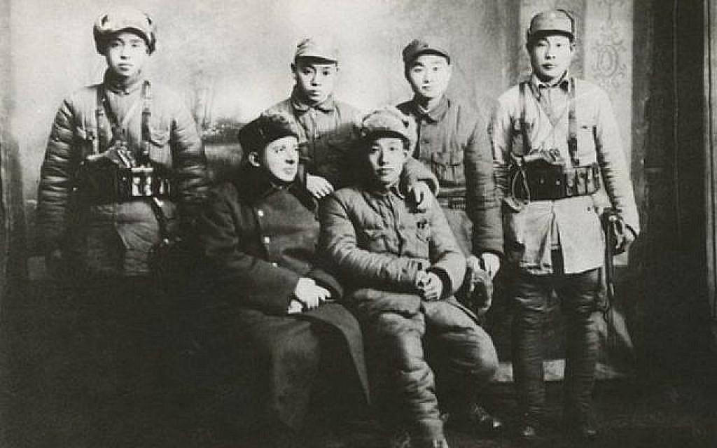 Le docteur Jakob Rosenfeld en 1946 avec les soldats de l'ALP assurant sa sécurité pendant la guerre civile avec le  Kuomintang. (Autorisation : Institut autrichien de recherches sur la Chine et l'Asie du sud-est)
