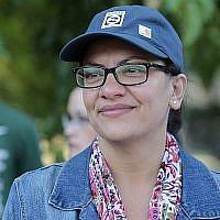 """La députée démocrate du Michigan, Rashida Tlaib, participe à l'événement """"Shabbat au parc avec Rashida"""", le 16 août 2019 au parc Pallister de Detroit, Michigan. (Crédit : JEFF KOWALSKY/AFP)"""