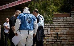 Illustration : la police israélienne devant un immeuble où une femme a été retrouvée morte, à Jérusalem, le 23 avril 2019. (Crédit : Yonatan Sindel/Flash90)