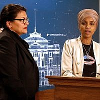Les représentantes Ilhan Omar et Rashida Tlaib à une conférence de presse à St Paul, dans le Minnesota, le 19 août 2019. (Crédit : AP Photo/Jim Mone)