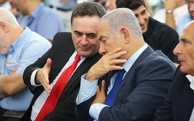 Le Premier ministre Benjamin Netanyahu et le ministre des Transports de l'époque, Israel Katz, assistent à la cérémonie d'inauguration d'une nouvelle gare dans la ville de Kiryat Malachi, dans le sud d'Israël, le 17 septembre 2018. (Flash90)
