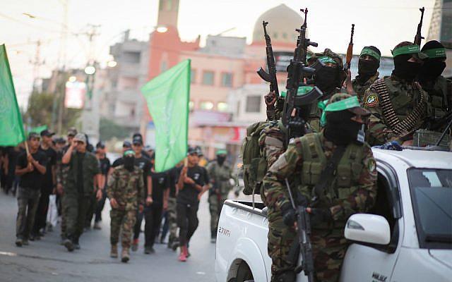 Les membres des brigades Ezzedine  al-Qassa, l'aile militaire du groupe terroriste islamique Hamas, participent à une marche à  Gaza City, le 25 juillet 2019 (Crédit : Hassan Jedi/Flash90)