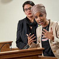 La représentante Ilhan Omar, démocrate du Minnesota, durant une conférence de presse, à St Paul, dans le Minnesota, le 19 août 2019 (Crédit : Adam Bettcher/Getty Image North America/AFP)