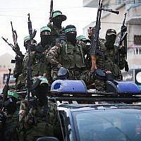 Des membres des Brigades Ezzedine al-Qassam, la branche militaire de l'organisation terroriste islamiste Hamas, participent à un défilé dans la ville de Gaza, le 25 juillet 2019. (Hassan Jedi/Flash90)