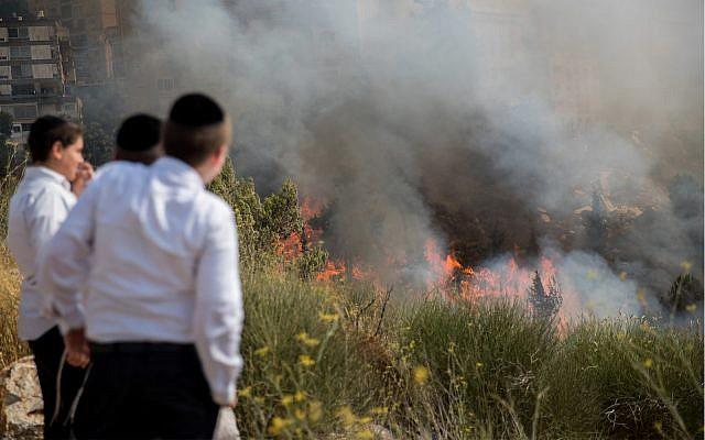 Photo d'illustration : Des enfants regardent un feu qui fait rage à Jérusalem, le 20 juillet 2017 (Crédit : Yonatan Sindel/ Flash90)