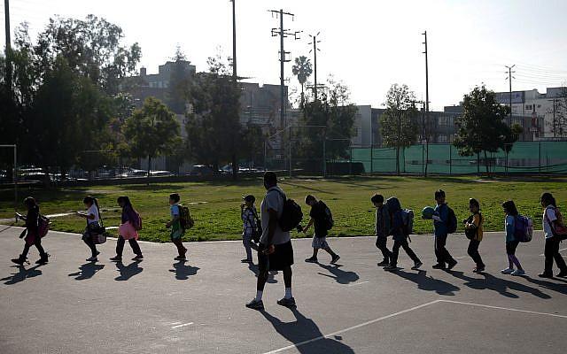Illustration : des écoliers sz Kingsley Elementary School à Los Angeles, en Californie, le 13 janvier 2015. (crédit : AP Photo/Jae C. Hong)