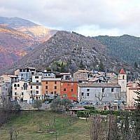 Vue du village de Rigaud en descendant du plateau de Dina. (Crédit : Jpchevreau / Wikimédia / CC BY-SA 4.0)