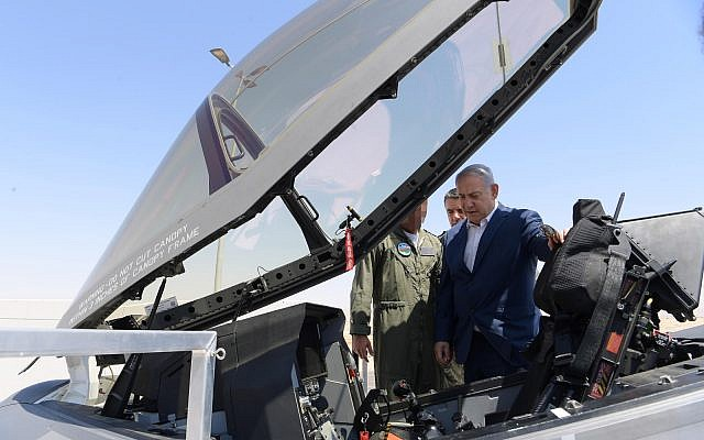 Le Premier ministre Benjamin Netanyahu inspecte un avion Adir F-35 sur la base aérienne Nevatim, le 9 juillet 2019 (Crédit : Ariel Hermoni/ministère de la Défense)