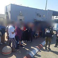 Des Palestiniens arrêtés à un chekcpoint près de Jérusalem en route vers une plage, le 15 août 2019. (Crédit : police israélienne)