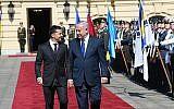 Le président ukrainien Volodymyr Zelensky, accueille le Premier ministre Benjamin Netanyahu dans sa résidence officielle à Kiev, le 19 août 2019 (Crédit : Amos Ben Gershom/GPO)