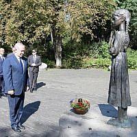 Le Premier ministre Benjamin Netanyahu dépose un panier d'épis de blé au monument dédié aux victimes de l'Holodomor, une famine créée intentionnellement ayant provoqué la mort de millions d'Ukrainiens et d'autres, à Kiev, le 19 août 2019. (Crédit : Amos Ben Gershom/GPO)