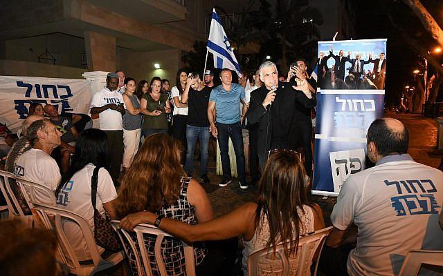 Yair Lapid lors d'un événement de campagne de Kakhol lavan à Rehovot, le 29 août 2019. (Crédit : Elad Gutman)