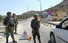 Les soldats israéliens montent un barrage dans le cadre des recherches visant à retrouver des terroristes ayant placé une bombe près de l'implantation israélienne de Dolev, en Cisjordanie, le 23 août 2019 (Crédit : Armée israélienne)