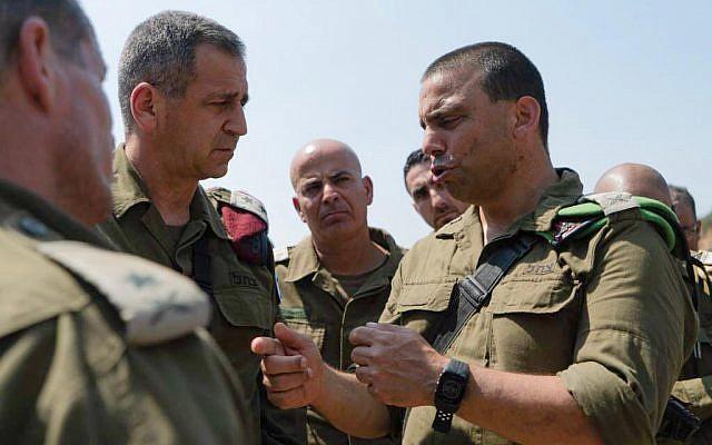 Le chef d'état-major Aviv Kochaviur le site de l'explosion d'une bombe aux abords de l'implantation israélienne de Dolev, en Cisjordanie, le 23 août 2019 (Crédit : armée israélienne)