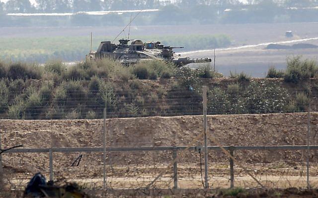 Cette photo prise à Khan Younis dans le sud de la bande de Gaza montre un tank israélien à proximité de la barrière de sécurité avec l'enclave côtière le 1 août 2019, après un échange de tir avec un terroriste palestinien.  (Said Khatib/AFP)