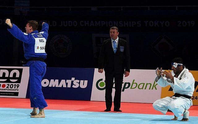 Le Belge Matthias Casse (en bleu) célèbre sa victoire en demi-finale sur l'Iranien Saeid Mollaei dans la catégorie des -81 kg lors des Championnats du monde de judo 2019 au  Nippon Budokan de Tokyo, le 28 août 2019. (CHARLY TRIBALLEAU / AFP)