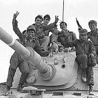 Des soldats posent au sommet d'un tank lors du début de la guerre de Yom Kippour, le 6 octobre 1973. (Avi Simhoni / Bamahane / Archives du ministère de la Défense)