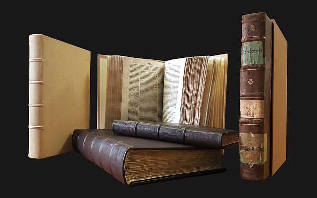 Des livres restaurés d'une bibliothèque de la Grande Synagogue de Florence sont exposés. (Crédit : Fondation pour l'héritage culturel juif italien)