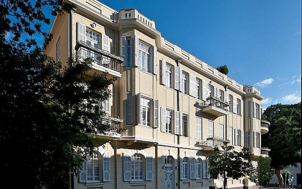 La façade de la boutique de l'hôtel Norman à Tel Aviv, qui accueillait autrefois la famille élargie de Karen Chernick. (Crédit : Jessica Steinberg)