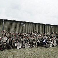 Des parachutistes israéliennes prennent la pose avec des soldats américains lors de l'exercice Swift Response organisé en Europe en juin 2018. (Crédit : Tsahal)