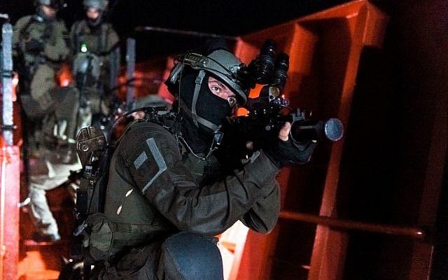 Des forces spéciales israéliennes et américaines simulent la prise d'assaut d'un navire marchant transportant de la contrebande en Mer Méditerranée dans le cadre d'un large exercice naval Nobel Rose en août 2019. (Crédit: Tsahal)