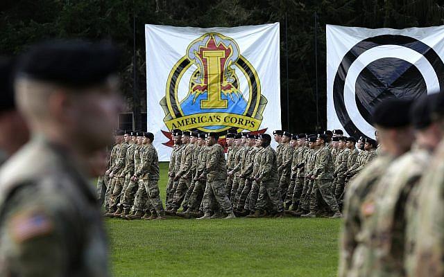 Des soldat américains défilent en formation lors d'une cérémonie de changement de commandement, lundi 3 avril 2017, à la base Lewis-McChord dans l'Eat de Washington. (AP/Ted S. Warren)