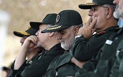 Dans cette photo du 30 juin 2018, le général Qassem Soleimani, au centre, qui dirige la force Quds des Gardiens de la Révolution, participe à une cérémonie de remise de diplôme à un groupe d'officiers à Téhéran, en Iran. (Bureau du Guide suprême iranien via AP)