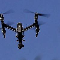 Sur cette photo du 11 juillet 2018, un drone équipé d'une caméra thermique vole au-dessus des plantations du Centre d'éducation environnementale Jennings au département de ressources naturelles de Pennsylvanie, le 11 juillet 2018 à Slippery Rock, en Pennsylvanie. (Crédit : AP/Keith Srakocic, File)