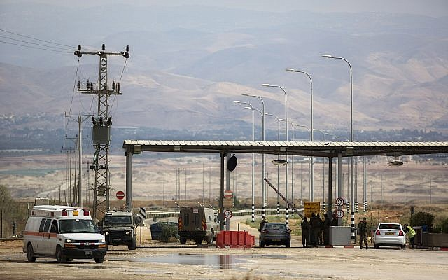Un soldat israélien à l'entrée du point de passage Allenby, le principal point de passage pour les Palestiniens depuis la bande de Gaza vers la Jordanie voisine, et ailleurs,  lundi 10 mars 2014. (AP Photo/Sebastian Scheiner)