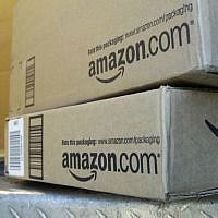 Un chauffeur de United Parcel Service livre des paquets pour Amazon.com à Palo Alto, en Californie, el 30 juin 2011. (AP Photo/Paul Sakuma)