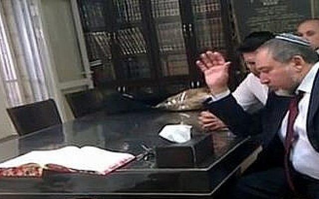 Avigdor Liberman rencontre le rabbin Shmuel Auerbach à Jérusalem en 2013.  (Capture d'écran : Douzième chaîne)