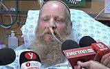 Le rabin Eitan Shnerb s'exprime aux journalistes sur son lit d'hôpital après avoir été blessé dans une attaque terroriste qui a tué sa fille Rina et blessé son fils Dvir, le 23 août 2019. (Capture d'écran : Ynet)
