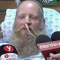 Le rabbin Eitan Shnerb s'exprime aux journalistes sur son lit d'hôpital après avoir été blessé dans une attaque terroriste qui a tué sa fille Rina et blessé son fils Dvir, le 23 août 2019. (Capture d'écran : Ynet)