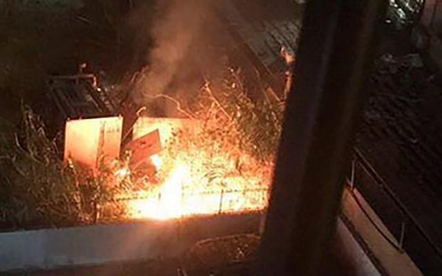 Deux caisses qui auraient appartenu au Hezbollah et qui contenaient des outils techniques fondamentaux. Elles ont été détruites dans une frappe de drone imputée à Israël à Beyrouth, le 25 août 2019. (Twitter)