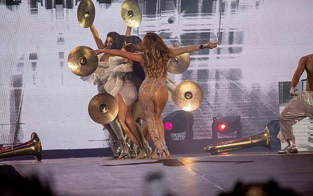 Accompagnée d'une troupe de 20 danseurs, Jennifer Lopez a dansé tout au long de son spectacle tant attendu le 1 août 2019 à Tel Aviv. (Crédit : Erez Ozir)