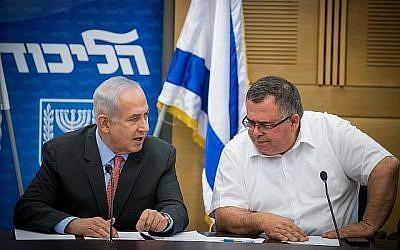 Le Premier ministre Benjamin Netanyahu et le député du Likud David Bitan (à droite) lors d'une réunion du parti du Likud à la Knesset le 12 juin 2017. (Yonatan Sindel/Flash90)