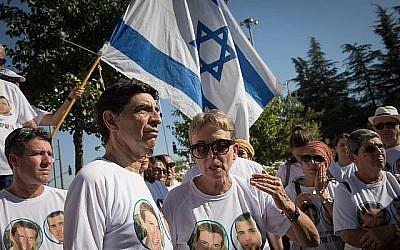 Leah Goldin, à droite, et son mari Simcha Goldin et d'autres membres de la famille et soutiens se rassemblent à proximité de la cérémonie mémorielle d'état pour l'Opération Bordure protectrice sur le mont Herzl le 23 juillet 2019. (Noam Revkin Fenton/Flash90)