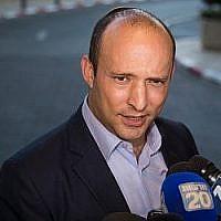 Naftali Bennett, du parti HaYamin HaHadash, arrive à une réunion avec le chef de l'Union des partis de droite, Rafi Peretz, après avoir annoncé leur alliance électoral à l'hôtel Ramada de Jérusalem, le 28 juillet 2019. (Yonatan Sindel/Flash90)