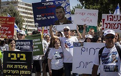 Zehava Shaul, la mère D'Oron Shaul, avec des soutiens et des membres de famille devant la résidence du Premier ministre Benjamin Netanyahu, le 9 août 2019. (Hadas Parush/Flash90)