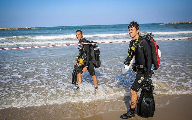 Des équipes de secours cherchent un nageur qui a disparu à la plage de Tel Aviv, le 20 août 2019. (Flash90)