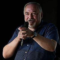 Avigdor Liberman, chef d'Yisrael Beytenu, s'exprime lors d'un événement culturel organisé dans la ville du centre du pays de Shoham, le 24 août 2019. (Tomer Neuberg/Flash90)
