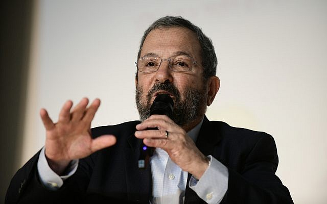 Ehud Barak, membre du Camp démocratique, s'exprime lors d'un événement culturel dans la ville du centre du pays de Shoham, le 24 août 2019. (Tomer Neuberg/Flash90)