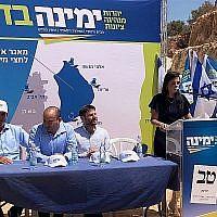 La présidente de Yamina Ayelet Shaked (droite) introduit le plan de logement de son parti dans l'implantation d'eta Afraim le 21 août 2019. (Jacob Magid/Times of Israël)