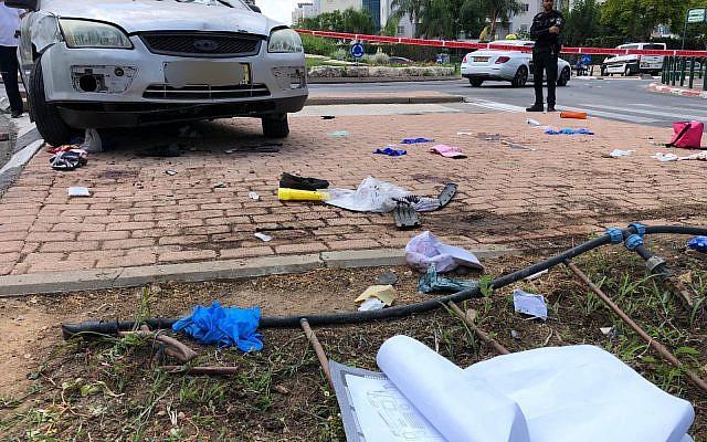 La scène où un conducteur ivre a fauché une famille à Kiryat Gat, le 3 août 2019. (Crédit: Police israélienne)
