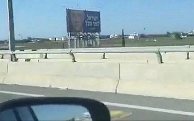Une affiche de campagne du parti Kakhol lavan à Larnaca, à Chypre. (Capture d'écran : Twitter)