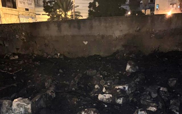 Le mur d'un cimetière musulman à Haïfa qui a été incendié dans ce que l'on soupçonne être un incendie criminel, el 23 août 2019.  (Police israélienne)