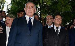 Le Premier ministre Benjamin Netanyahu, à gauche, et le président ukrainien Volodymyr Zelensky, à droite, se trouvent à côté du ravin de Babi Yar où les troupes nazis ont assassiné de dizaines de milliers de Juifs pendant la Seconde Guerre mondiale, à Kiev, en Ukraine, le 19 août 2019. (AP Photo/Zoya Shu)